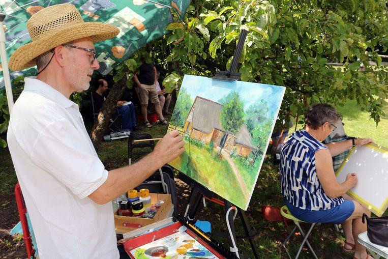 François Slaets legt de laatste hand aan zijn schilderij van de Vorselaarse Schapenstal.