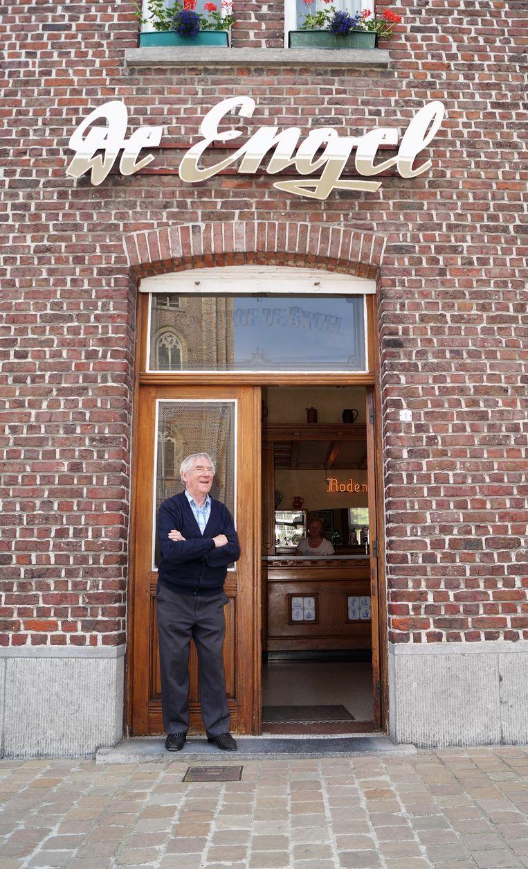 Frank Lagrou in 2017 voor zijn café De Engel in Gits, toen bekend werd dat het gemeentebestuur alles op alles zette om de gevel te beschermen.