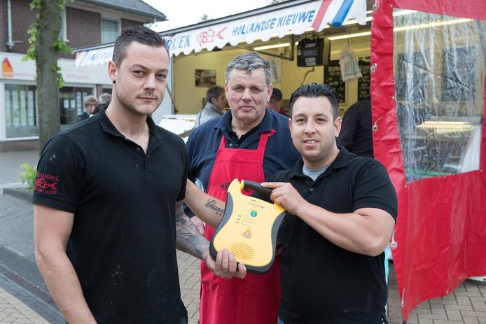 Dries ter Beek reanimeerde een vaste klant met de AED die in zijn viskraam hangt.