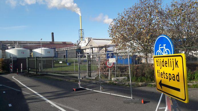 Tijdelijk fietspad achterlangs de afgesloten Westkade over terrein kunstmestfabriek Rosier.