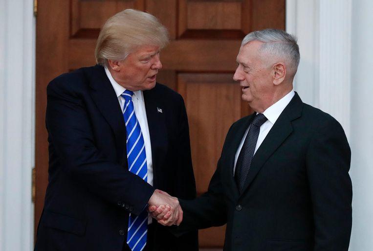 Mattis schudt de hand van Trump. Beeld ap