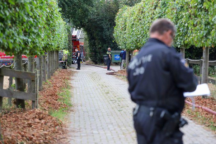 Politie en brandweer ter plaatsen bezig met onderzoek en de laatste bluswerkzaamheden.