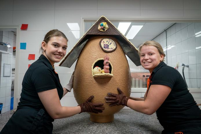 Noa Rutgers (links op de foto) en Kirsten Jeurissen van IJssalon en chocolaterie La Differenza uit Huissen