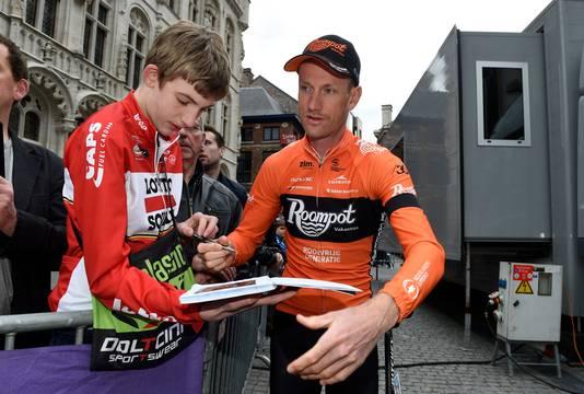 Pieter Weening deelt een handtekening uit.