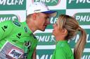 De Duitse wielrenner Marcel Kittel met een 'hôtesse', ofwel rondemiss, op het podium van de Tour de France