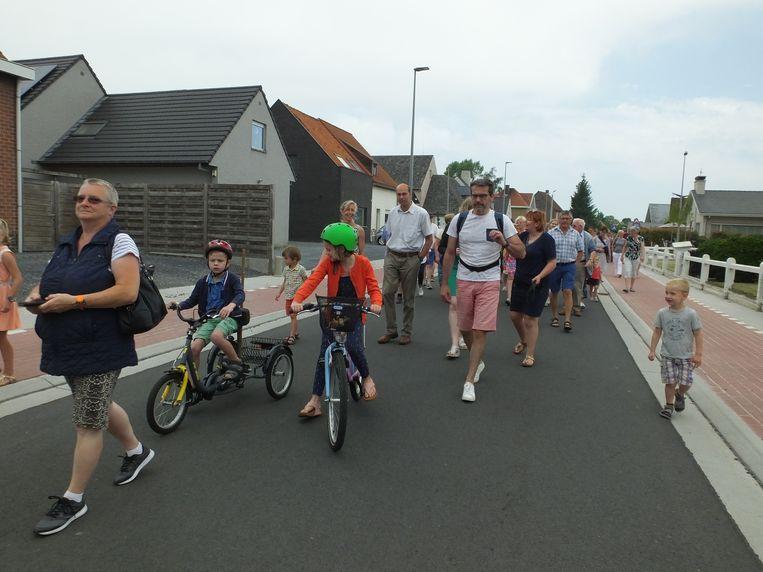 Enkele bewoners van de Houtstraat en de omliggende straten stapten mee in de openingsstoet.