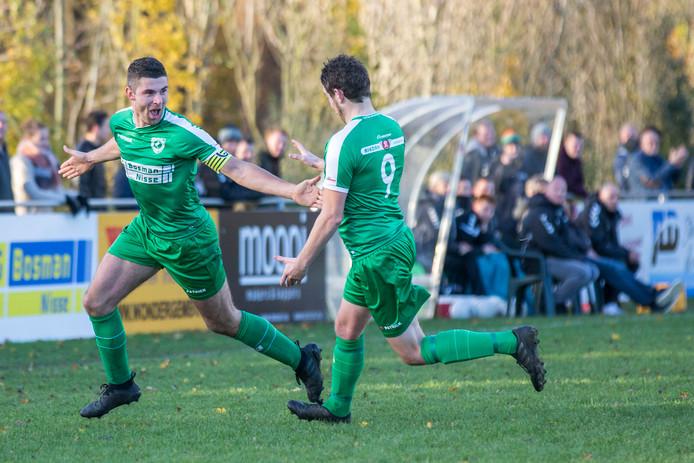 De doelpuntenkanonnen van Luctor Heinkenszand: Tom Blomaard (links) en Martijn Simonse (nummer 9) maakten zaterdag samen zeven van de elf goals voor hun club.