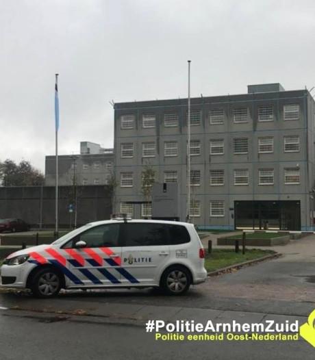 Bezoeker Blue Band Bajes in Arnhem zelf achter slot en grendel na 'onbeschoft' gedrag