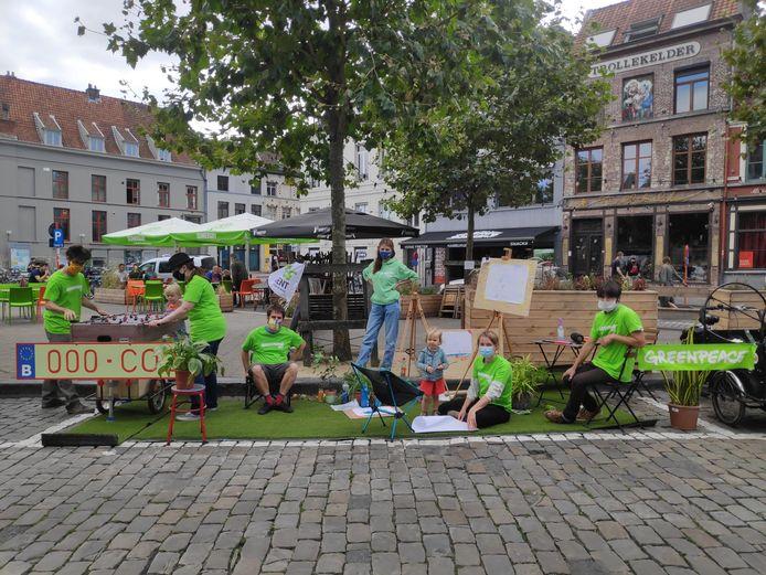 Greenpeace palmde niet alleen in Gent parkeerplaatsen in. Ook in Leuven, Namen, Hasselt, Brussel en Antwerpen voerde de milieuorganisatie actie.