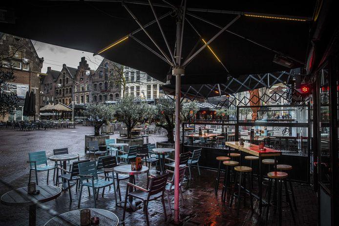 Een lege Korenmarkt in Arnhem vanwege de coronamaatregelen.