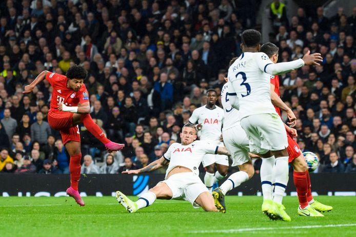 Serge Gnabry haalt uit voor één van zijn vier goals tegen Tottenham Hotspur, dat onder leiding van Kovac met 7-2 werd geklopt.