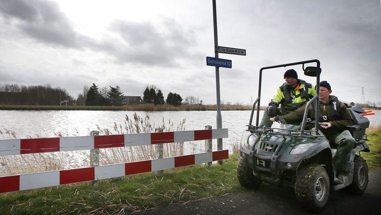 Medewerkers van het waterschap controleren de dijken langs het Eemskanaal, na een aardbeving in noordoost Groningen vorig jaar Beeld anp