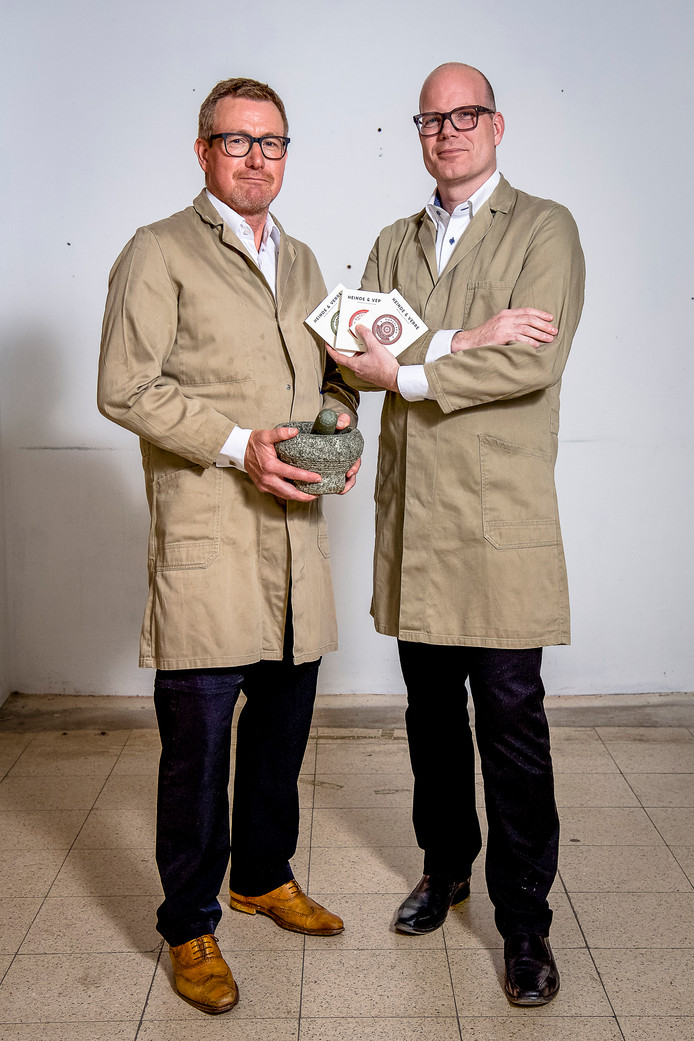 Ewald Rietberg en Jan Willem Jekel (rechts) runnen een kleinschalige chcocoladefabriek.