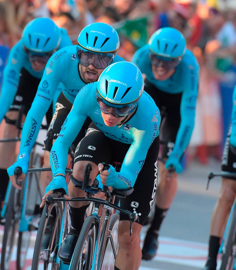 Astana wint chaotische ploegentijdrit, valpartij Roglic en Kruijswijk