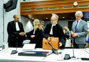 Roethof (links) en Marcel Gelauff (uiterst rechts) bij de rechtbank in Den Haag.