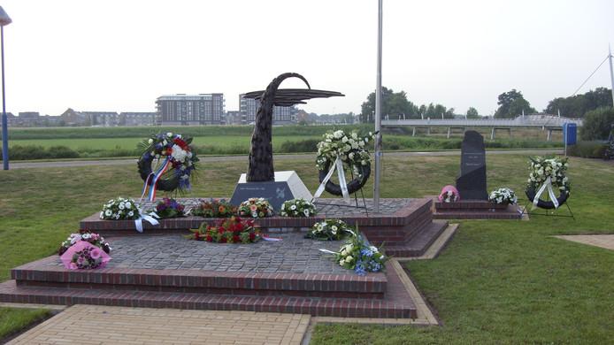 Bloemen en kransen bij de monumenten in het Indiëplantsoen in Hardenberg.