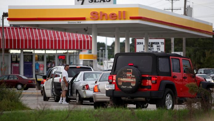 Extra lange rijen bij de tankstations in South Carolina nadat kustbewoners zijn opgeroepen te evacueren.