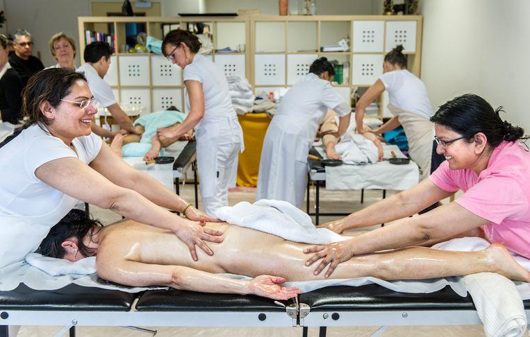 Een groep studenten volgt op zondag een opleiding in de Ayurvedische geneeskunde en geestelijke verzorging in Nijmegen. Beeld Koen Verheijden / Hollandse Hoogte