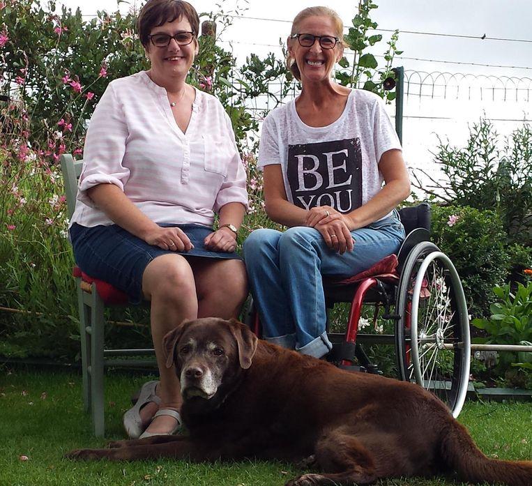 Begeleidster Kristel (links) en Katrien zijn niet te spreken over de beperkte voorzieningen voor rolstoelgebruikers op de Beleuvenissen.