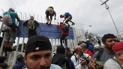 Migranten door Mexicaanse grens gebroken, ondanks bedreigingen van Trump