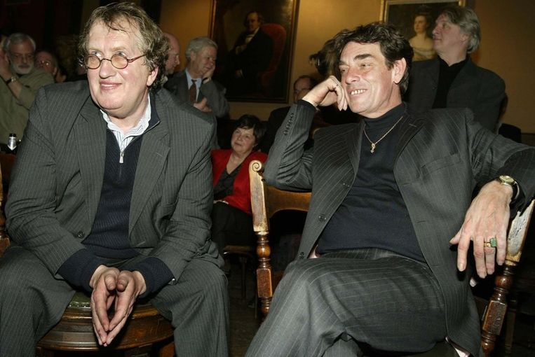 Gerrit Komrij met zijn partner Charles Hofman in 2004. Beeld ANP
