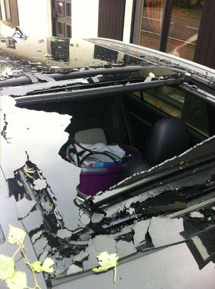 De nagelnieuwe auto van Claudia Jacobs is total loss. Dit bleef over van het glazen schuifdak.