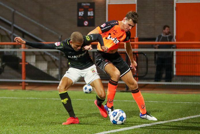 Julliani Eersteling beleefde een prima basisdebuut bij Go Ahead Eagles, hier in duel met Marco Tol van FC Volendam