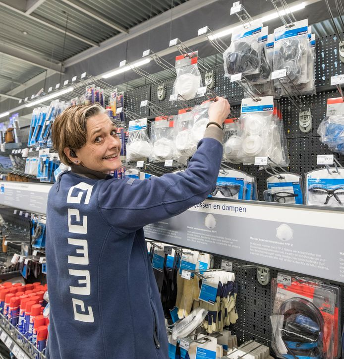 Servicemedewerkster Miranda Luijendijk  van de Gamma in Goes bij het schap met de stofkapjes.