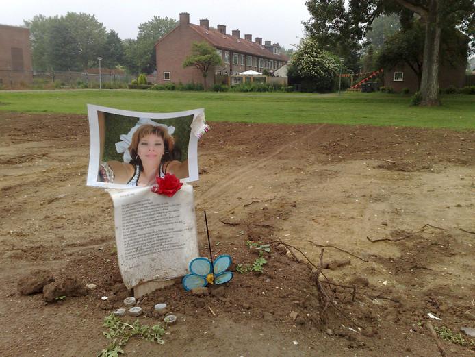 Tijdelijk monument voor Melissa Ulrich. Van haar selfie is een geschilderd portret gemaakt.
