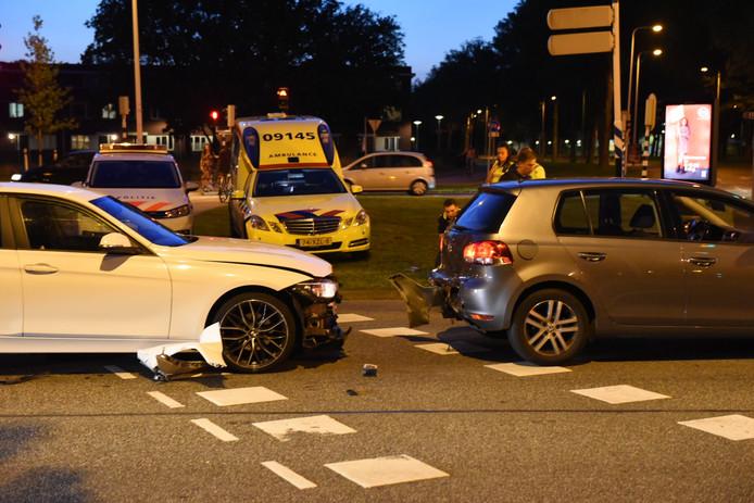 Bij het ongeval op de Einsteindreef in Utrecht Overvecht raakte de bestuurder van de voorste auto gewond.