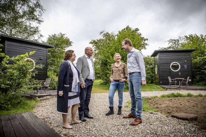 Wethouders Ilse Duursma en Benno Brand in gesprek met Dennis Rerink en Annette van Gaalen van Erfgoed Bossem in Lattrop. Het is een voorbeeld van herbestemming agrarische bedrijven op platteland van Dinkelland.