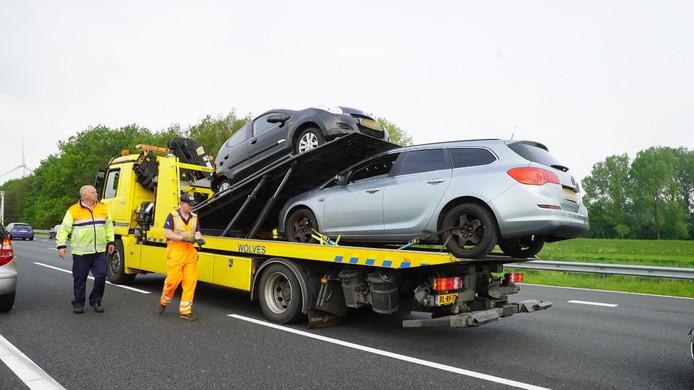 Twee van de vier betrokken auto's worden door een berger afgesleept.