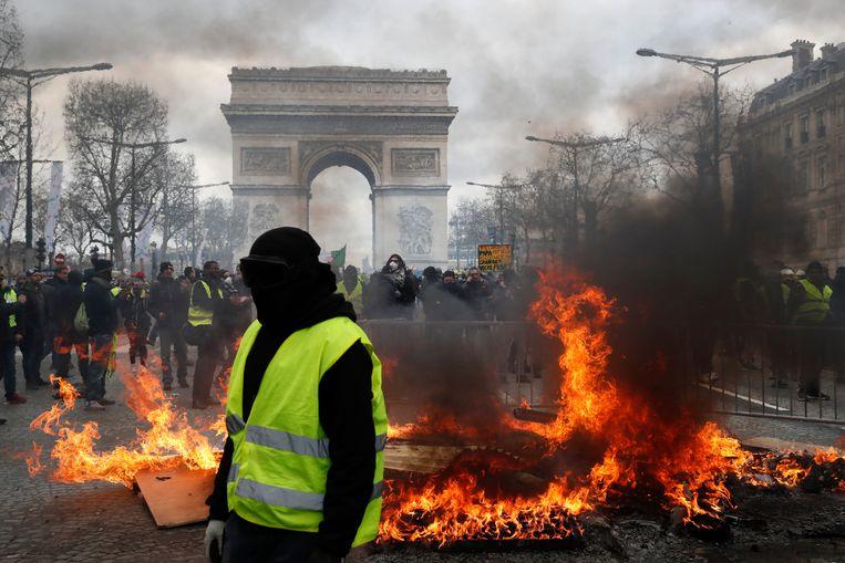 Een stevig vuur aan de Arc de Triomphe.