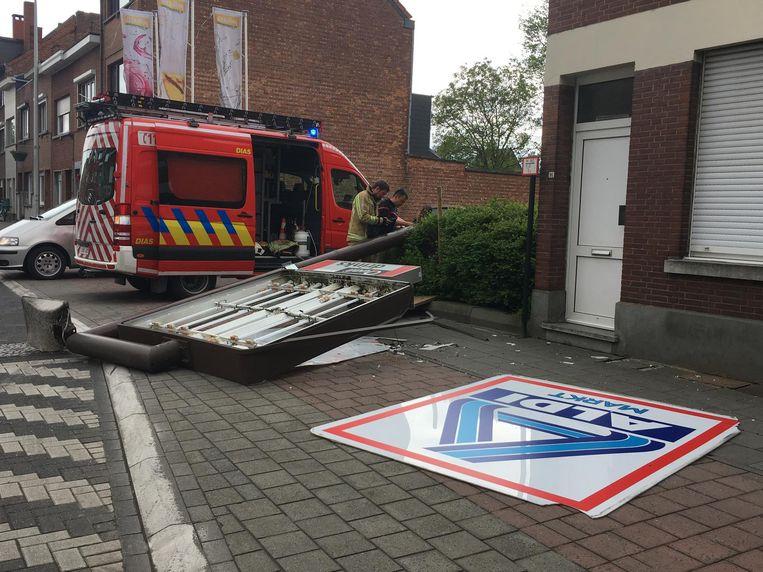 De brandweer kwam ter plaatse om het reclamepaneel te verwijderen.