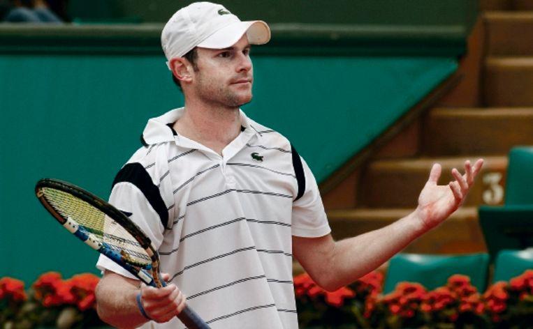 Andy Roddick ergert zich in zijn partij tegen Teimuraz Gabashvili. De Russische qualifier won eenvoudig. (FOTO AP) Beeld AP