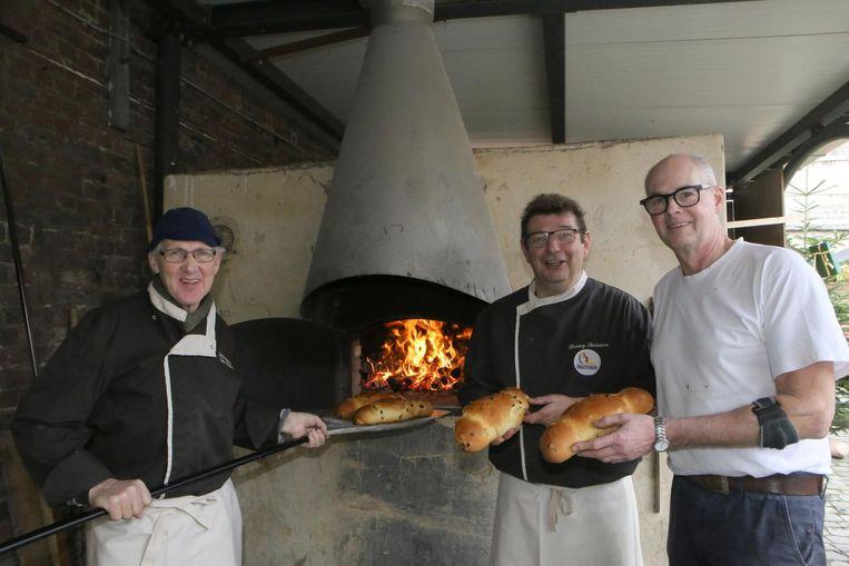 Drie van de bakkers bij hun houtoven voor de Totemannenbak.