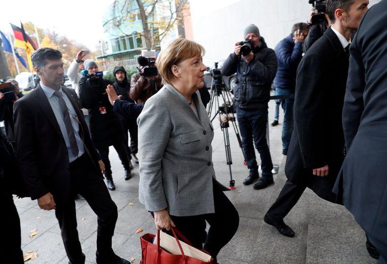 Angela Merkel op weg naar de coalitiebesprekingen met de Groenen en FDP. Beeld null