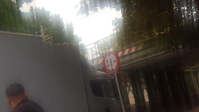 De vrachtwagen botste tegen de balk van een spoorviaduct in Deventer.