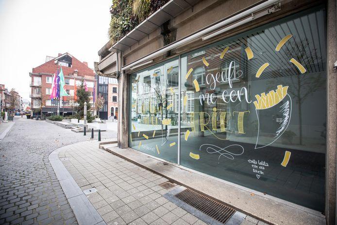 Ook Hasselt viert deze week 'Week van de Friet' met de muurschildering van de Limburgse Evita Lolita, oftewel Eva Verbakel, aan het Groenplein.