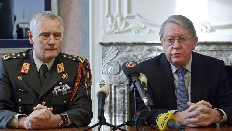 Generaal Peter van Uhm naast minister van Defensie Hans Hillen Beeld epa