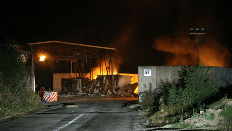 Eén van de in brand gestoken grensposten. Beeld AFP