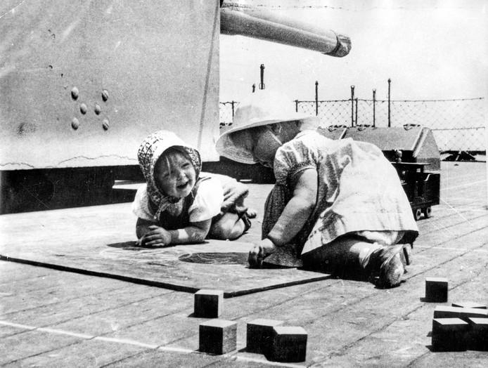 NVS Prinses Beatrix speelt met haar vriendinnetje Renée Röell aan boord van de kruiser Hr.Ms. Sumatra onderweg van Engeland naar Canada. 2 juni 1940