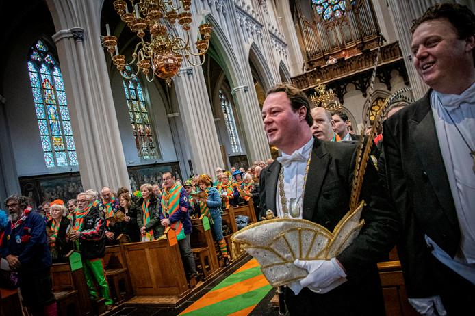 Prins Knet houdt zijn steek in de hand tijdens de Kruikenviering.