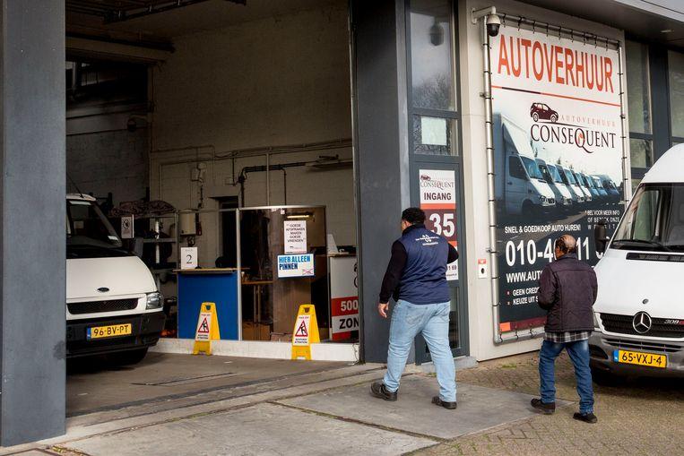 Een bonafide autoverhuurbedrijf, mét vergunning, op bedrijventerrein Spaanse Polder in Rotterdam. Beeld Arie Kievit