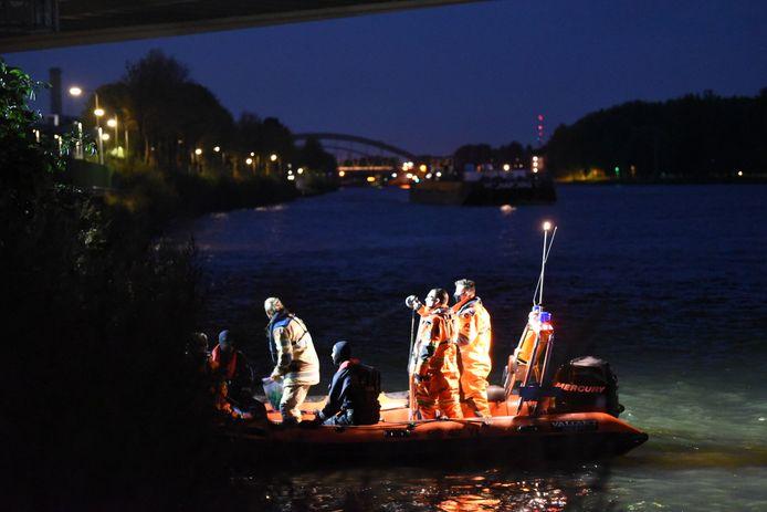De Utrechtse brandweer haalde zeker tien vaten gedumpte benzine uit het kanaal.