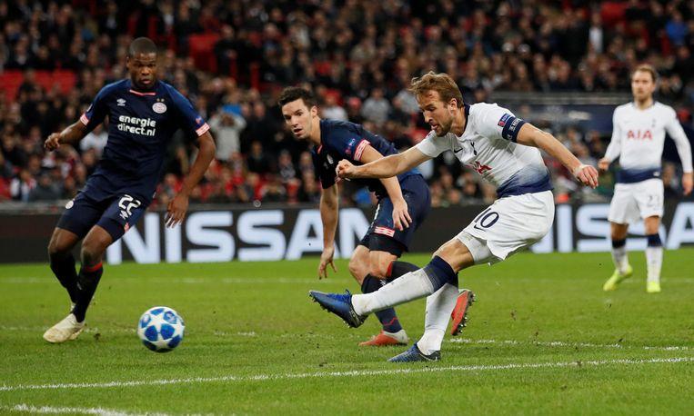 Matchwinner Harry Kane schiet op het doel van PSV met in zijn buurt Denzel Dumfried (links) en Nick Viergever. Beeld REUTERS