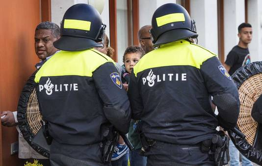ME grijpt in bij protest voor politiebureau Heemstraat in Den Haag. Tijdens de protesten werd ook de foto van wijkagent Marius gemaakt