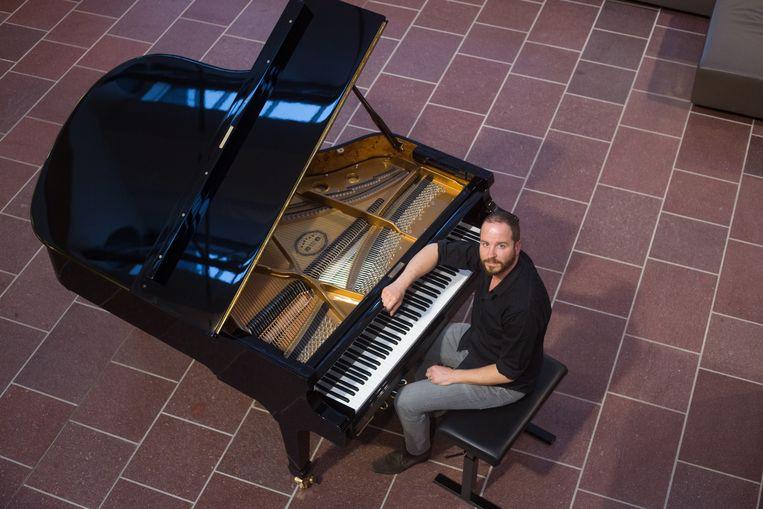 Wouter Dewit uit Maaseik was één van de 36 personen die op International Piano Day muziek speelde op de vleugelpiano in de stadsbibliotheek in Genk.
