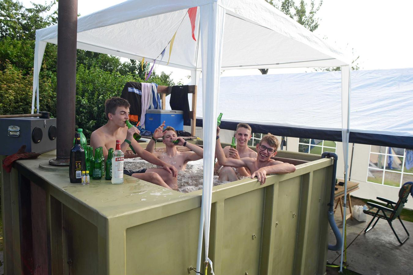 Scharendijke Camping Duin en Strand  Sem Kleyweg, Max Kleyweg Jordy de scheppter en Justin Ammerlaan uit Den Hoorn moeten dit enorme container-gevaarte zaterdag weer terug zien te krijgen in Den Hoorn.