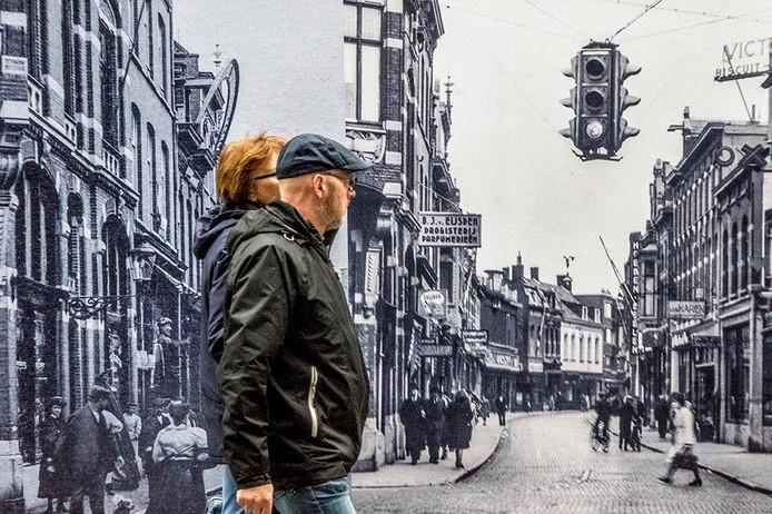 Op 2 augustus brandde het monumentale pand aan de Heuvelstraat 50 geheel uit. Nu sieren een tiental oude zwart wit foto's de schutting waarachter binnenkort de herstelwerkzaamheden gaan beginnen.